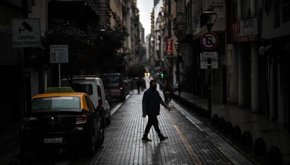 Una persona camina por una calle de Buenos Aires, Argentina, en pleno confinamiento estricto dictado por el gobierno para intentar bajar los contagios de coronavirus Covid-19. (EFE/ Juan Ignacio Roncoroni).