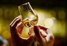 Piscos, rones, tequilas y otros destilados y licores reunidos en una feria