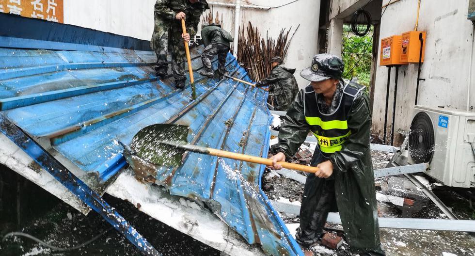 Los equipos de rescate limpian los escombros después del terremoto en Luzhou, en la provincia de Sichuan, suroeste de China. (STR / AFP).