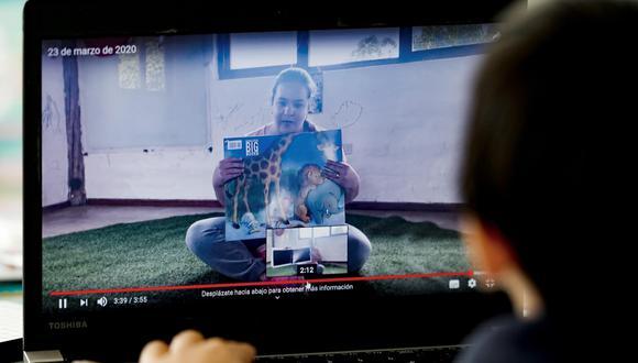 Las clases virtuales han hecho que los maestros se adapten a nuevas tecnologías para hacer llegar los conocimientos a sus alumnos. Algunos usan plataformas tecnológicas y otros herramientas como el WhatsApp o los videos de Youtube. (Imagen referencial/ EFE)