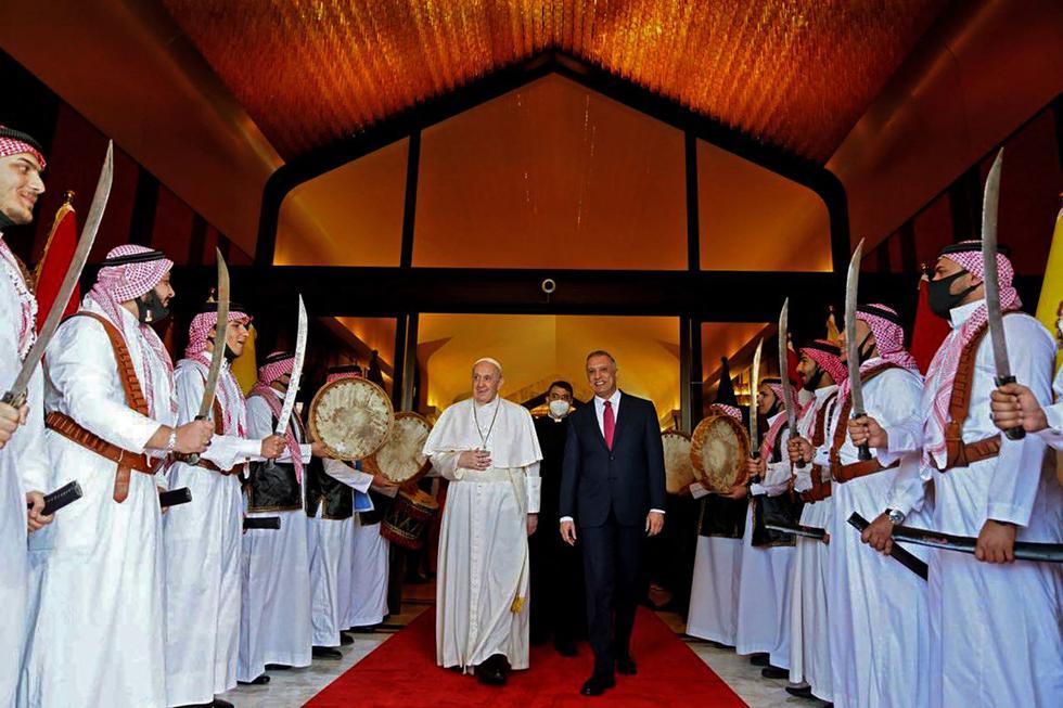 Una imagen publicada por la oficina de prensa del primer ministro iraquí en su página de Facebook en la que se ve parte de la bienvenida  que le da el primer ministro Mustafa al-Kadhemi al Papa Francisco a su llegada a la capital, Bagdad.  (Foto: AFP/ Facebook de la oficina de prensa del primer ministro de Irak )