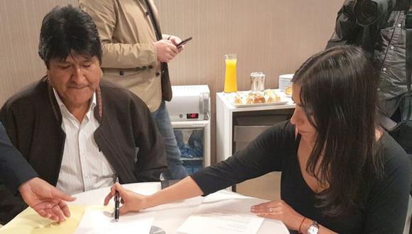 El expresidente de Bolivia, Evo Morales, firmó su solicitud de refugio minutos después de llegar a Argentina. (Foto: EFE)
