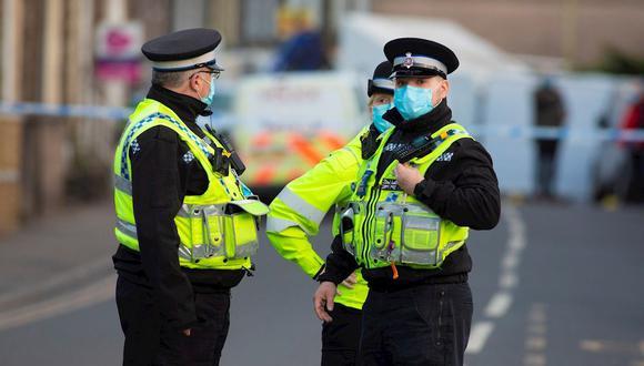 La policía que patrulla en los puertos y aeropuertos podrá multar con 200 libras a quienes no faciliten el justificante de viaje. (Foto referencial: EFE)