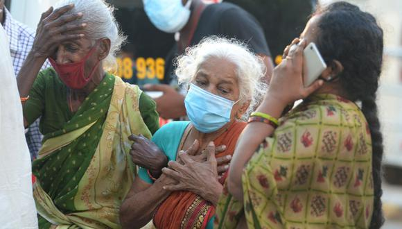 Familiares lloran la muerte de su ser querido debido al coronavirus Covid-19, afuera de una morgue en Chennai, India, el 5 de mayo de 2021 (Foto de Arun SANKAR / AFP).