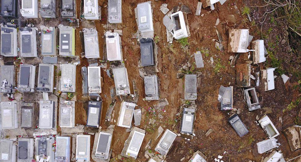 Las lluvias causadas por María provocaron que el Cementerio Municipal de Lares se inundara. En consecuencia, los ataudes terminaron desperdigados por toda la zona. (AFP)