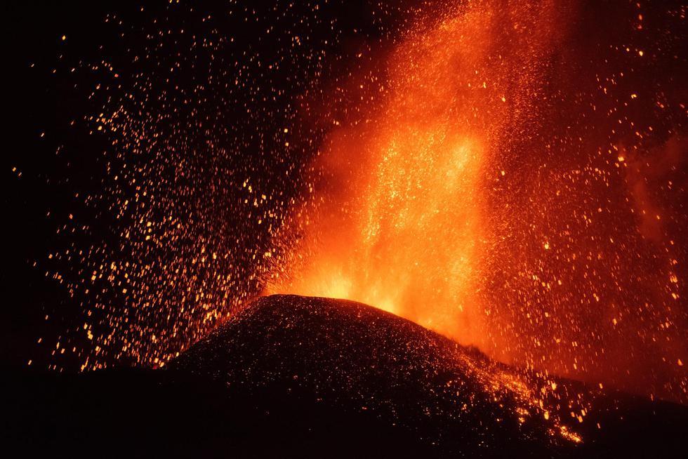 El volcán de La Palma empezó a erupcionar el domingo. (EFE/Carlos de Saá).