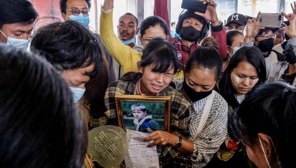 Un pariente llora durante el funeral de un manifestante, que murió en medio de la represión de las fuerzas de seguridad contra las manifestaciones contra el golpe militar, en Taunggyi, en el estado de Shan de Myanmar. (Foto: AFP / STR).