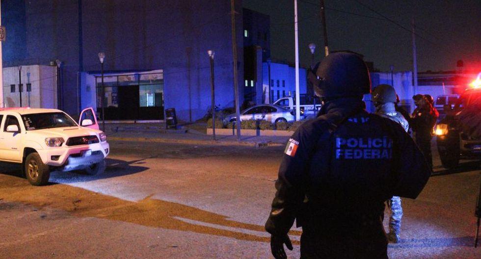Policías federales custodian el sitio donde un comando mató a tres policías y secuestró a cuatro más, junto a un empleado administrativo, en un ataque ocurrido la noche de este miércoles en las instalaciones de la Policía del municipio de Villagrán, en el central estado mexicano de Guanajuato. (Foto: EFE).