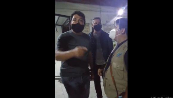 Este es el policía que propició la detención de abogado que pretendía defender a intervenidos durante las protestas. (Captura de video publicado en Twitter/Coordinadora Nacional de Derechos Humanos)