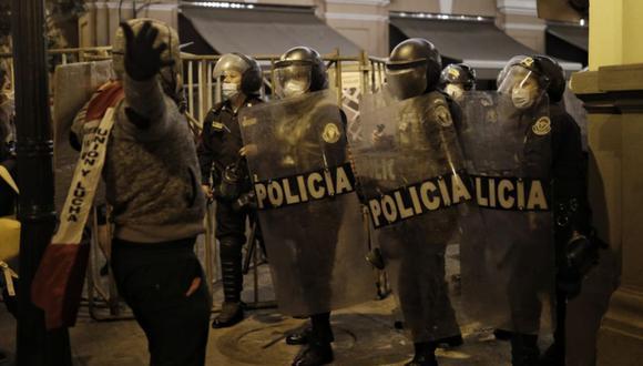 Un importante grupo de manifestantes protagonizó hechos violentos e intentó llegar hasta el Palacio de Gobierno. La Policía tuvo que intervenir para que no logren su cometido   Foto: Joel Alonzo / @photo.gec