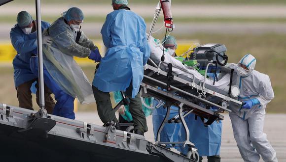 Un paciente, infectado con coronavirus (COVID-19) es llevado en camilla a un avión militar en Alemania. (REUTERS / Christian Hartmann).