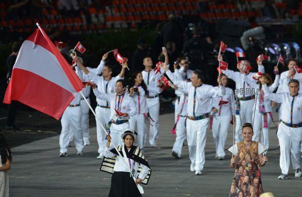 Delegacion peruana en la inauguracion de los Juegos Olímpicos de Londres 2012, la abanderada Gladys Tejeda. (Foto: AFP)