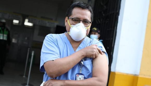 Valverde recibió la dosis en el Hospital Dos de Mayo. (Foto: Hugo Pérez)