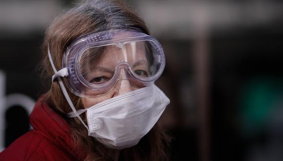 Una mujer con gafas y tapabocas para protegerse del coronavirus posa para Efe en Buenos Aires (Argentina). (EFE/ Juan Ignacio Roncoroni).
