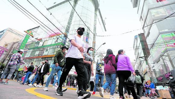 El alcalde denunció que los empresarios legales fomentan la informalidad contratando vendedores extranjeros, para que oferten sus productos en las calles. (Foto (GEC)