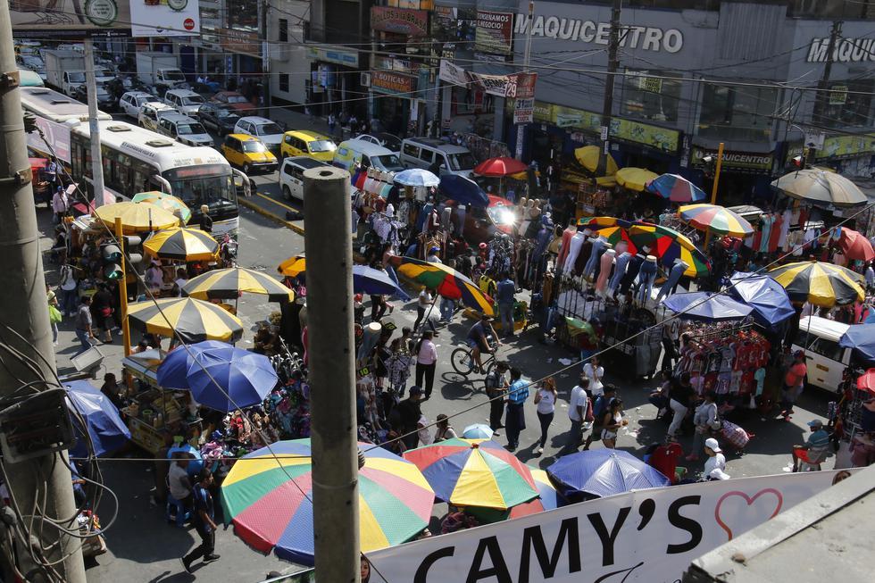 Comerciantes informales han armado puestos de comida en veredas y pistas (Foto: Miguel Bellido)