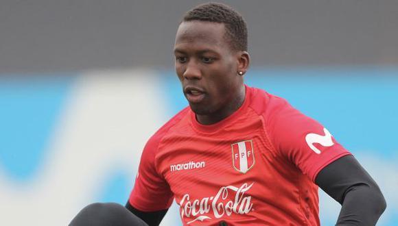 Luis Advíncula llegó a Lima y trabajará desde el martes con la selección peruana. (Foto: AFP)