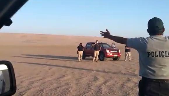 Un grupo de policías del Puesto de Vigilancia Santa Rosa en Tacna, quienes se encontraban patrullando la frontera entre Perú y Chile avistaron e impidieron el ingreso a territorio peruano de un ciudadano colombiano que transitaba por un paso no autorizado entre Arica y Tacna. Foto: Captura de video de la PNP