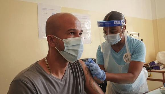 Un paciente recibe la vacuna contra el coronavirus desarrollada por AstraZeneca y producida por el Instituto Serum de la India, en Victoria, Seychelles, el miércoles 24 de febrero de 2021. (AP Foto).
