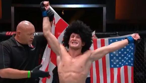 'The Machine' Dvalishvili festeja sobre el octágono del UFC Apex. (Foto: UFC)