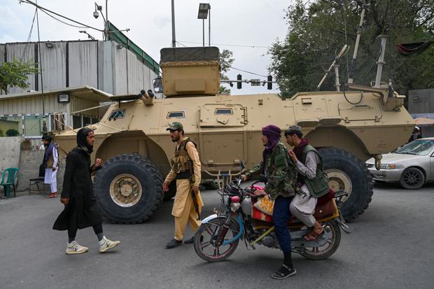 Taliban fighters patrol a street in Kabul, Afghanistan, on August 17, 2021. (Wakil KOHSAR / AFP).