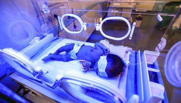 La bebé está al cuidado ahora de su tía, que la está amamantando, y de su padre. (Foto referencial: AFP).