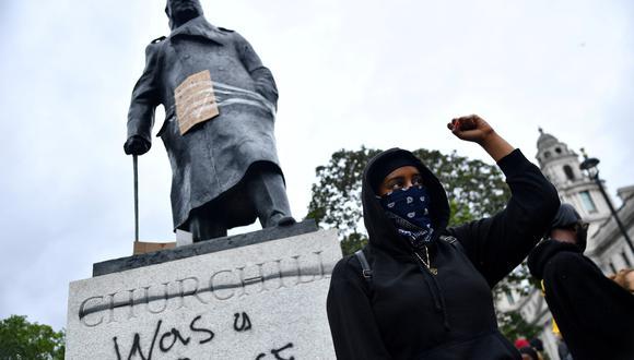 Un manifestante junto a una estatua de Winston Churchill en el centro de Londres, en Junio, 2020. REUTERS/Dylan Martinez