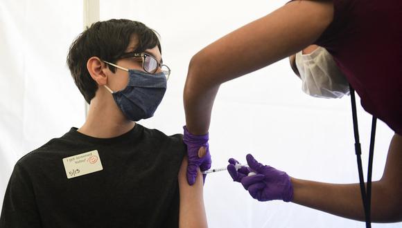 Oliver Barr, 13, recibe una vacuna contra el Covid-19 en Los Angeles. (Foto: Frederic J. BROWN / AFP)