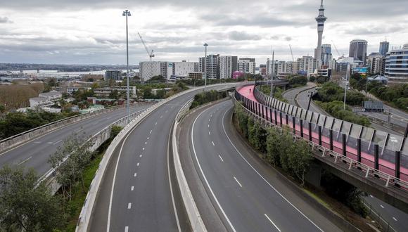 El cruce de la autopista central normalmente ocupado está desierto a media mañana en Auckland, Nueva Zelanda. (Foto de DAVID ROWLAND / AFP)