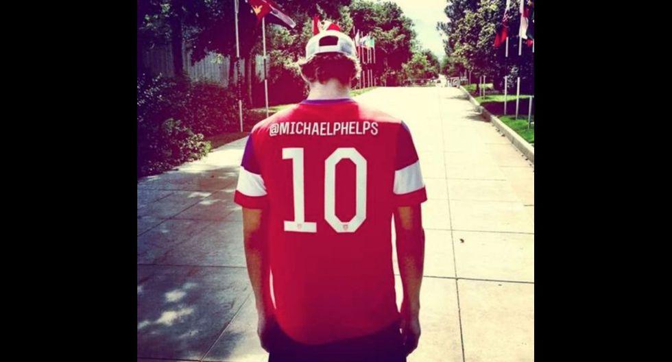 El ex-nadador Michael Phelps luciendo la camiseta de Estados Unidos para alentar a la selección. (Foto: captura Facebook)