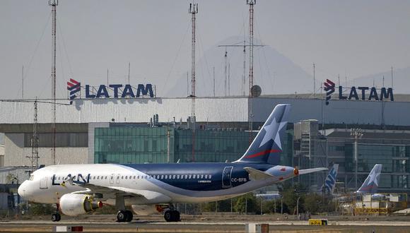 FOTO 4 | 4.Latam Airlines informó que reanudará los vuelos internacionales desde Perú a partir de octubre. Asimismo, operará 15 destinos nacionales. El grupo y sus filiales esperan operar en octubre entre un 24% y 26% de su capacidad y serán 440 vuelos a la semana frente a los 310 realizados en setiembre, lo que representa un aumento de 42%.. (Foto: AFP)