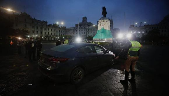 Agentes de la Policía Nacional llegaron a la Plaza San Martín para determinar las causas del hecho. (Foto: César Grados / @photo.gec)