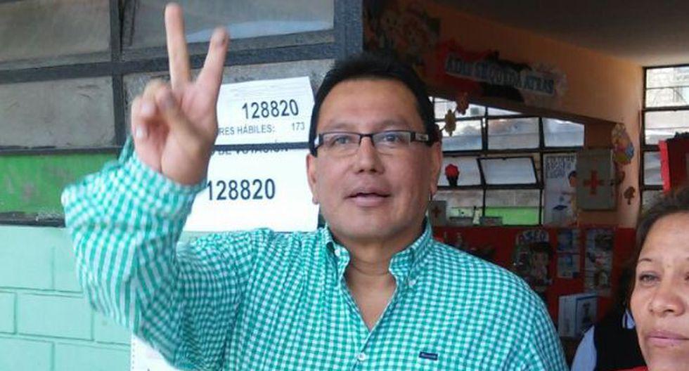 Félix Moreno votó en el Callao ante arengas de simpatizantes