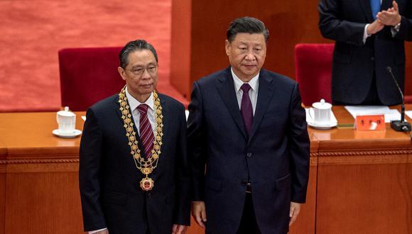 Zhong Nanshan (a la izquierda) el experto médico más famoso de China, recibe un premio del presidente chino Xi Jinping, durante una ceremonia en honor a las personas que lucharon contra la pandemia de COVID-19. (NICOLAS ASFOURI / AFP)