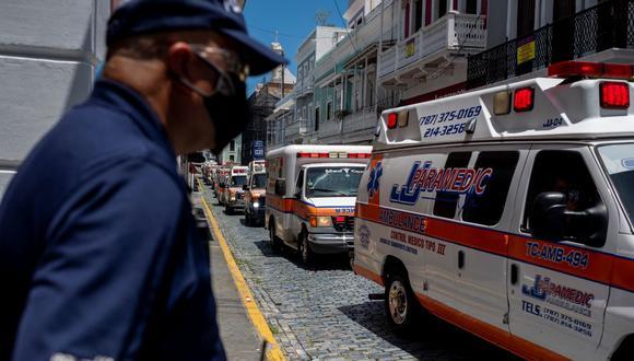 Policías de Puerto Rico se paran frente a la mansión del gobernador mientras cientos de paramédicos protestan en sus ambulancias para exigir que se les incluya en el paquete de incentivos económicos elaborado por el gobierno, el 15 de abril del 2020. (Foto referencial).