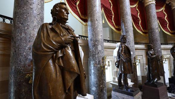 Una estatua de Jefferson Davis, presidente entre 1861-1865 de los autoproclamados Estados Confederados de América, se encuentra dentro del Capitolio de los Estados Unidos en Washington. (EFE/EPA/JIM LO SCALZO).