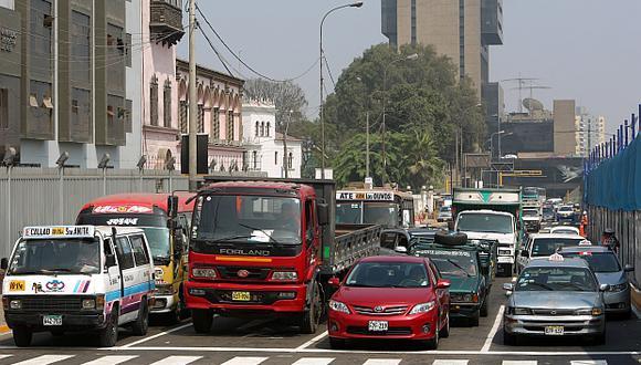 En el Perú circulan 2,6 millones de vehículos. El Gobierno debe profundizar el 'chaterreo' para promover la renovación del parque automotor, opinó Derteano. (Foto: El Comercio)