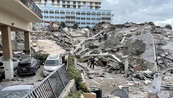 El personal de emergencia trabaja en el sitio de un edificio parcialmente derrumbado en Surfside cerca de Miami Beach, Florida, EE. UU. (Foto: Miami-Dade Fire Rescue / REUTERS).