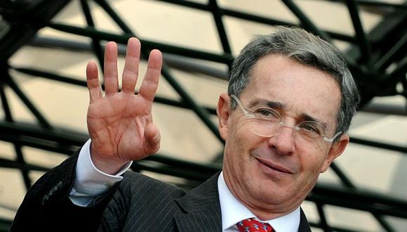 En esta foto de archivo tomada el 6 de noviembre de 2008, el entonces presidente colombiano, Álvaro Uribe, saluda a la prensa antes de un discurso durante la ceremonia de asunción del comandante del ejército colombiano, general Oscar González, en Bogotá.  (Foto: AFP / Mauricio Dueñas)