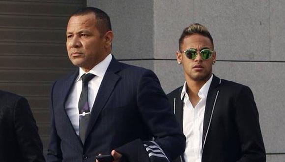 Neymar siguiendo a su padre a la salida de una reunión. (Foto: EFE)