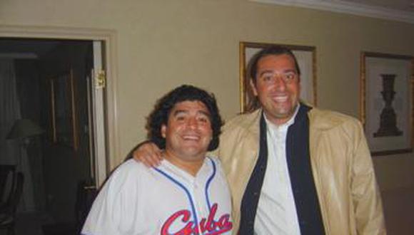 Maradona y Marco Monroy, juntos en el hotel de Pekín donde se conocieron. (Foto: Marco Monroy)