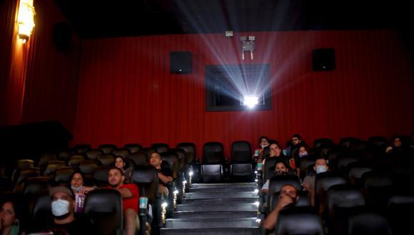 Público viendo una película a casi un año de que se cerraran las salas por la pandemia de COVID-19, en Buenos Aires, Argentina, el 3 de marzo de 2021. (Foto AP/Natacha Pisarenko).