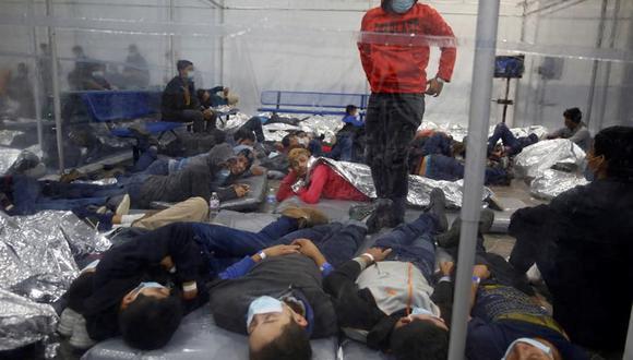 Niños descansan dentro de una cápsula en el centro de detención del Departamento de Seguridad Nacional de Donna, el principal para niños migrantes no acompañados en el Valle del Río Grande administrado por la Patrulla Fronteriza y de Aduanas (CBP) de Estados Unidos. (EFE / EPA / DARIO LOPEZ-MILLS).