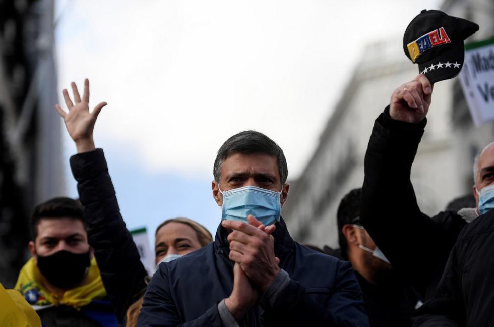El líder de la oposición venezolana Leopoldo López asiste a una marcha en apoyo de un referéndum en Venezuela el 6 de diciembre de 2020 en Madrid, el día en que se abrieron las urnas en las elecciones legislativas en Venezuela. (OSCAR DEL POZO / AFP)