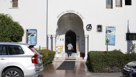 El pasado 19 de febrero, la fiscalía anticorrupción y personal de la Diviac intervinieron diferentes instituciones vinculadas al caso vacunagate para recoger documentación. Una de ellas fue el INS. (Foto: César Bueno)