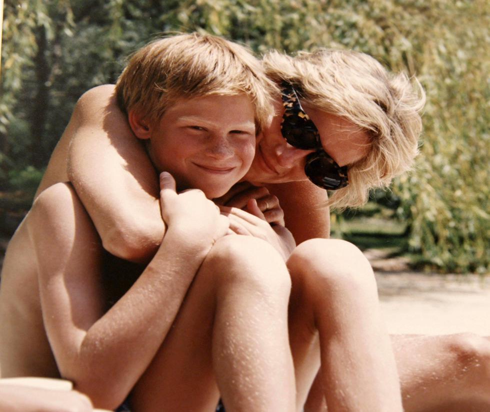 Se lo conoce de toda la vida. O al menos, eso se siente. Harry es el segundo hijo de la inmortal princesa Diana y el príncipe Carlos de Inglaterra, heredero de la corona británica. Nació el 15 de setiembre de 1984 en Londres. Por pertenecer a la familia real, su vida ha estado bajo los reflectores desde que permanecía en la barriga de su madre. Esta foto, sin fecha específica, fue revelada en el 2017 tras la emisión del documental  'Diana, nuestra madre: su vida y legado'.