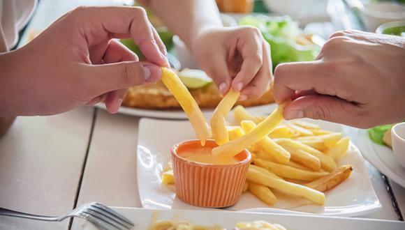La ansiedad y estrés lleva a muchas personas a comer más de lo debido (Foto: Freepik)