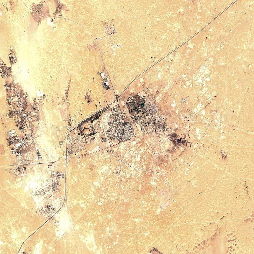 Una imagen satelital de la refinería de Aramco que fue atacada. (AP).