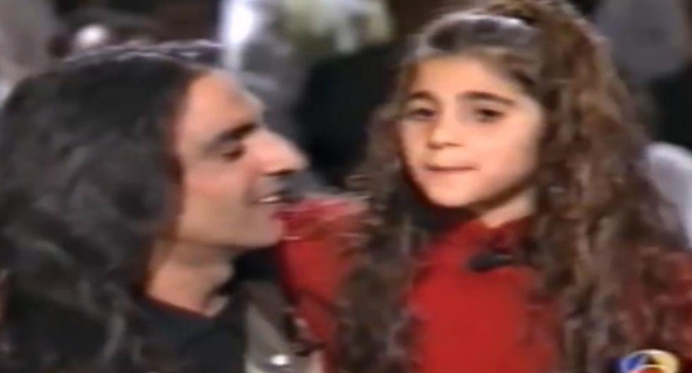 Alba Flores de niña, junto a su papá Antonio.