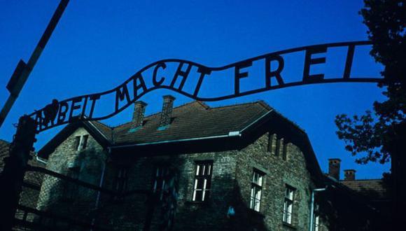 """Hace 75 años, nadie imaginaba lo qué le ocurría tras esas puertas. Hoy en día, esa frase alemana """"Arbeit macht frei"""" ('El trabajo libera') que aparecía en las entradas de varios campos de concentración y de exterminio nazi nos es familiar. (Getty Images)."""